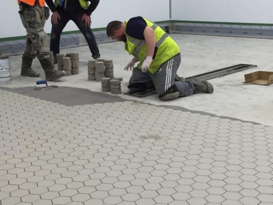 Cer mico hexagonal pavimentos industriais lusomatec for Pavimento ceramico hexagonal
